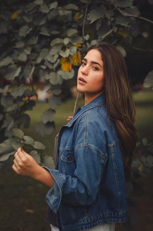 выражение лица, джинсовая куртка, женщина