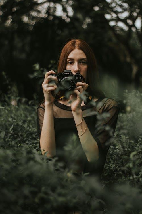 Základová fotografie zdarma na téma atraktivní, dáma, denní, denní světlo