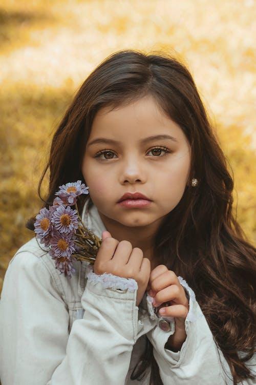 bakmak, ceket, Çiçekler, çocuk içeren Ücretsiz stok fotoğraf