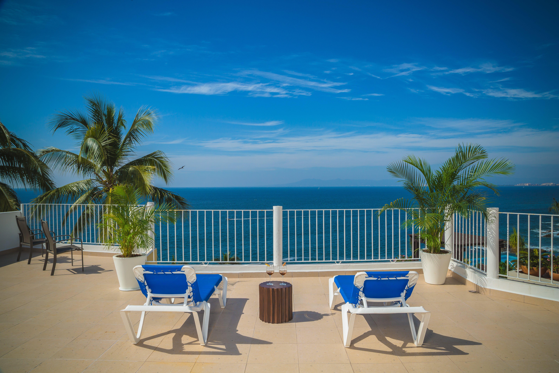 Foto d'estoc gratuïta de aigua, cadires de platja, cel, cocoters