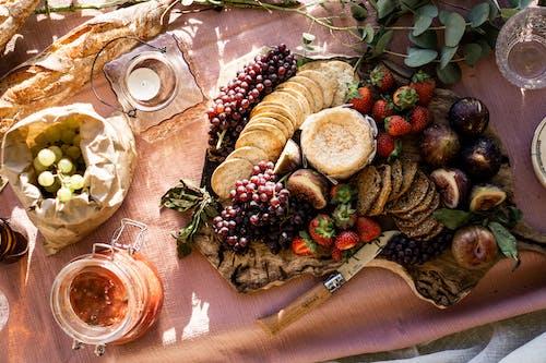 Foto profissional grátis de alimento, frutas, piquenique, travessa