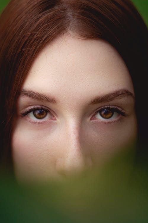 Kostnadsfri bild av brunett, fokus, hår, kvinna