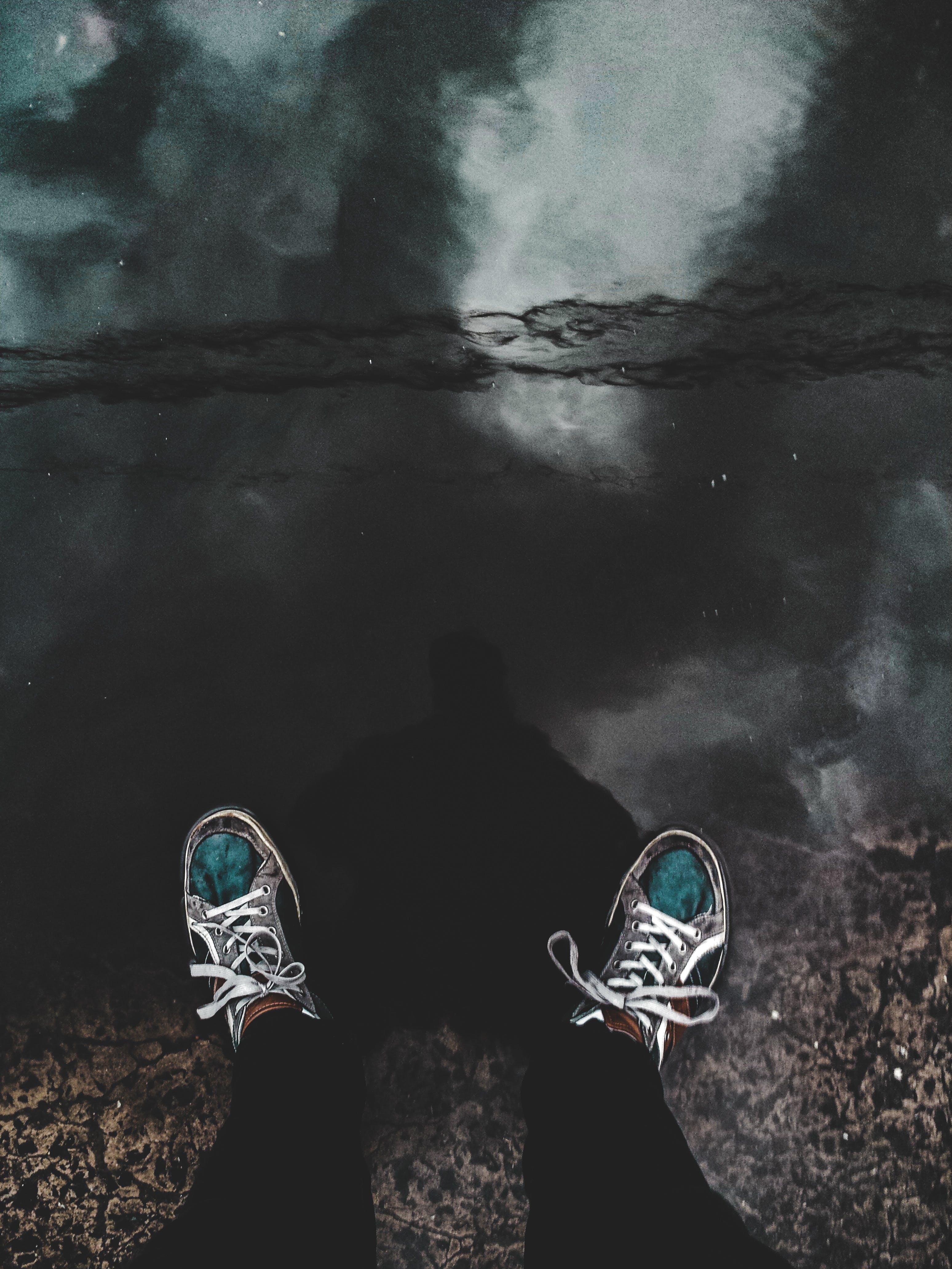 Gratis lagerfoto af efter regn, fodtøj, person, refleksion
