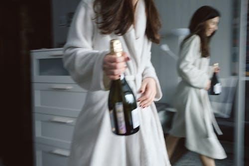 Δωρεάν στοκ φωτογραφιών με γυναίκα, εικόνα καθρέφτη, μελαχρινός, οινοπνευματώδες ποτό