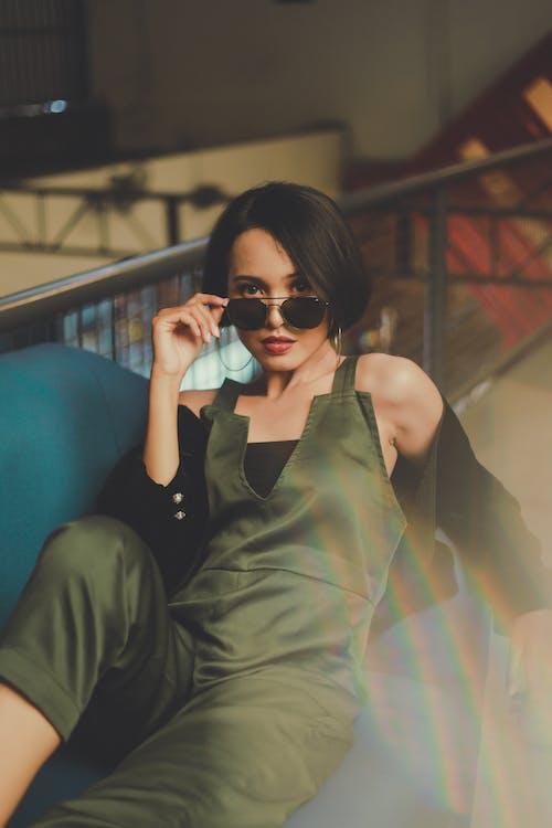 Kobieta Trzyma Okulary Przeciwsłoneczne
