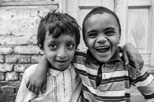 Fotos de stock gratuitas de blanco y negro, chavales, chicos