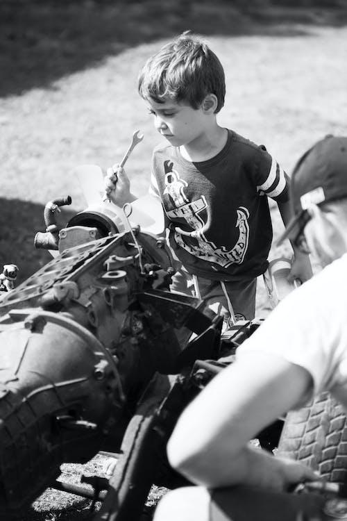 Fotobanka sbezplatnými fotkami na tému chlapci, mechanický, motor auta, otec a syn