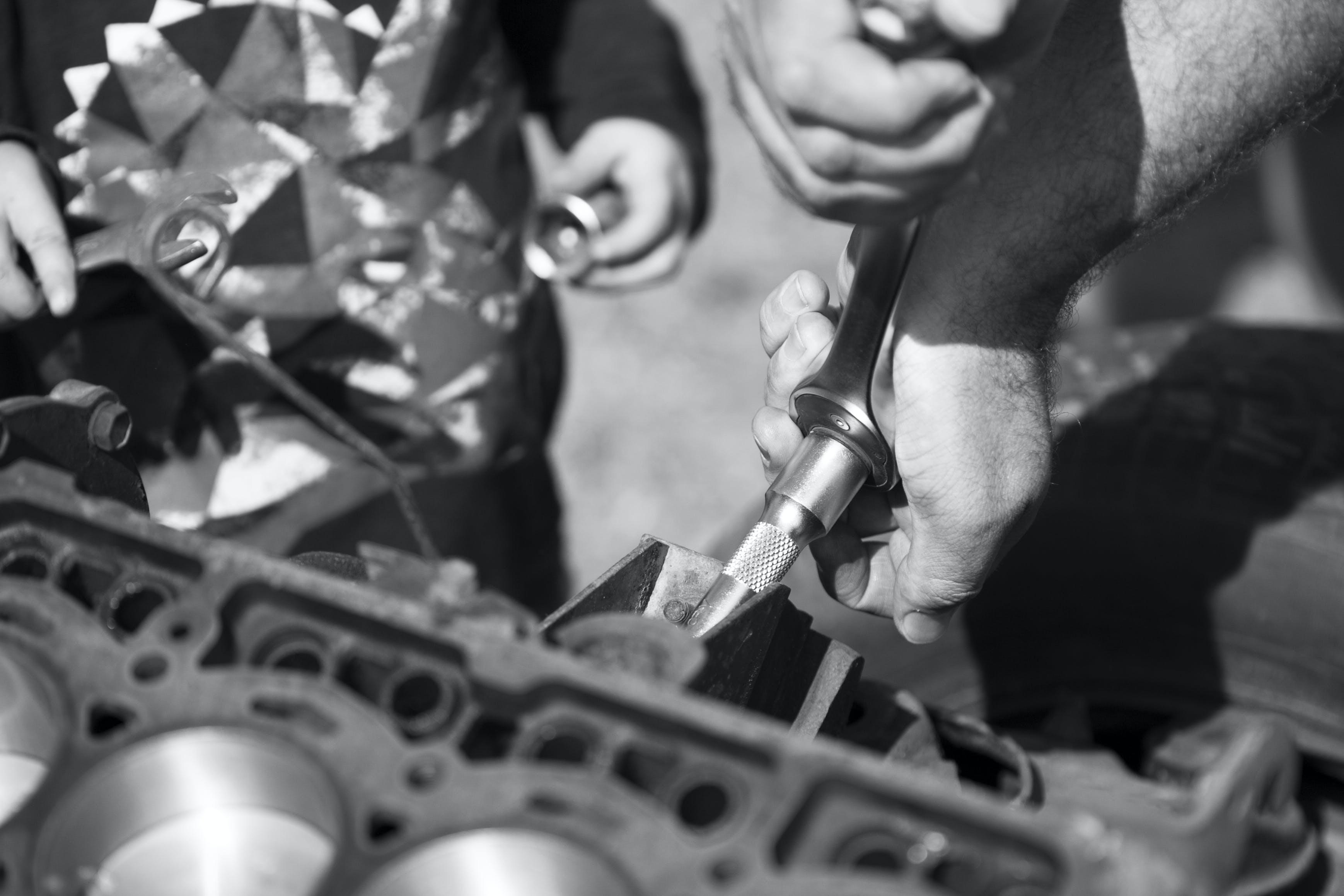 Kostenloses Stock Foto zu auto motor, kleinkind, mechaniker, vater und sohn