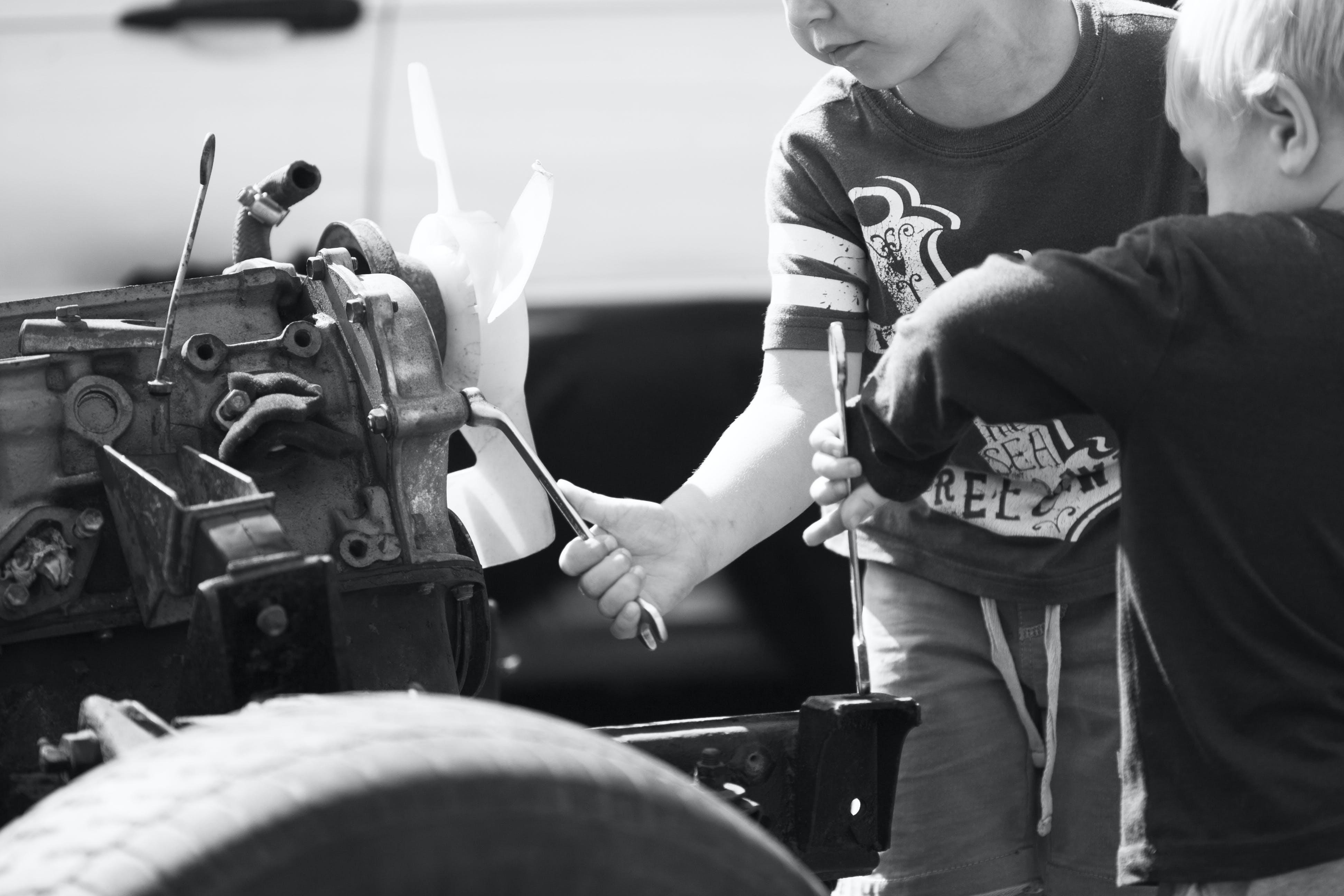 Kostenloses Stock Foto zu auto motor, brüder, jungen, mechaniker