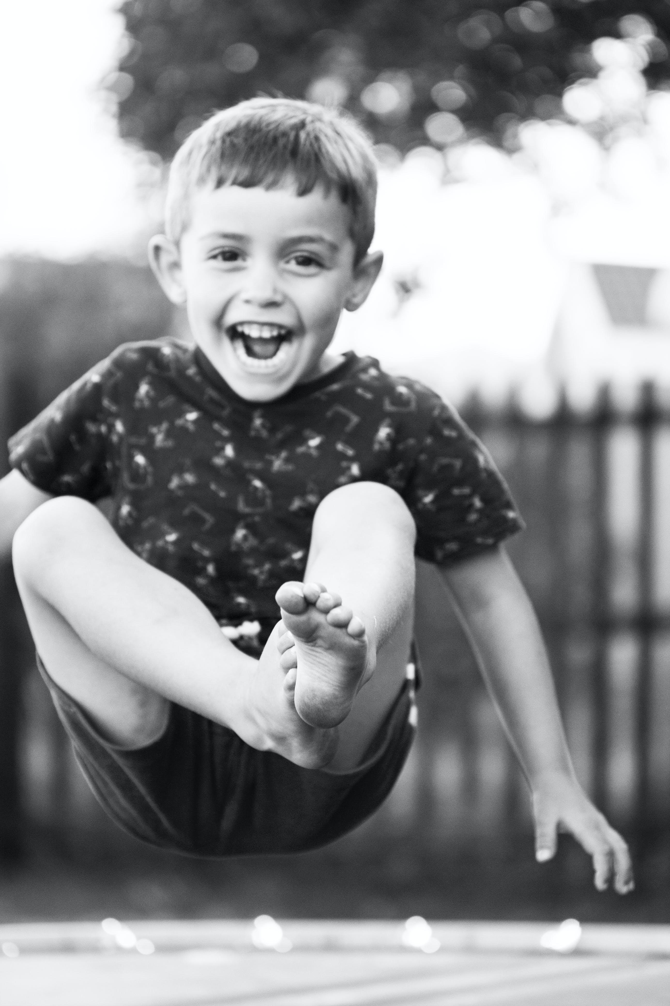 Kostenloses Stock Foto zu familie, hüpfen, jungen, lächeln