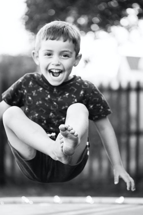 Fotobanka sbezplatnými fotkami na tému chlapci, rodina, skákanie, usmievavý