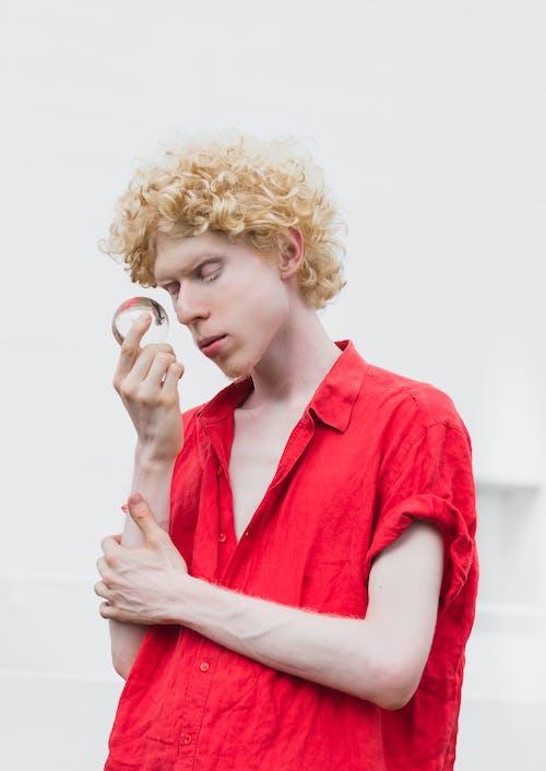 Kostnadsfri bild av albino, frisyr, ha på sig, håller