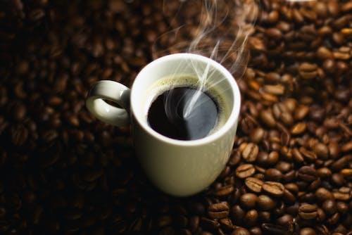 Kostenloses Stock Foto zu braunem hintergrund, heiß, kaffeebohne, schwarzer kaffee