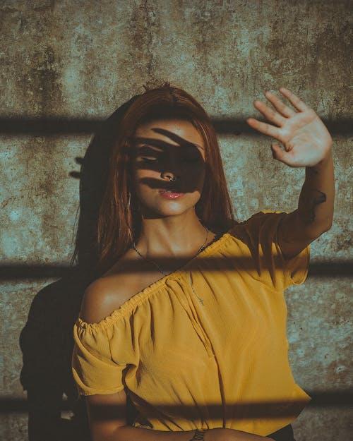 Бесплатное стоковое фото с бетонная стена, блузка, глаза закрыты, дневной свет
