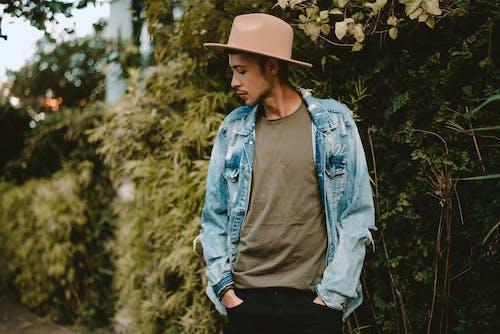 Shallow Focus Foto Di Uomo In Giacca Di Jeans Blu