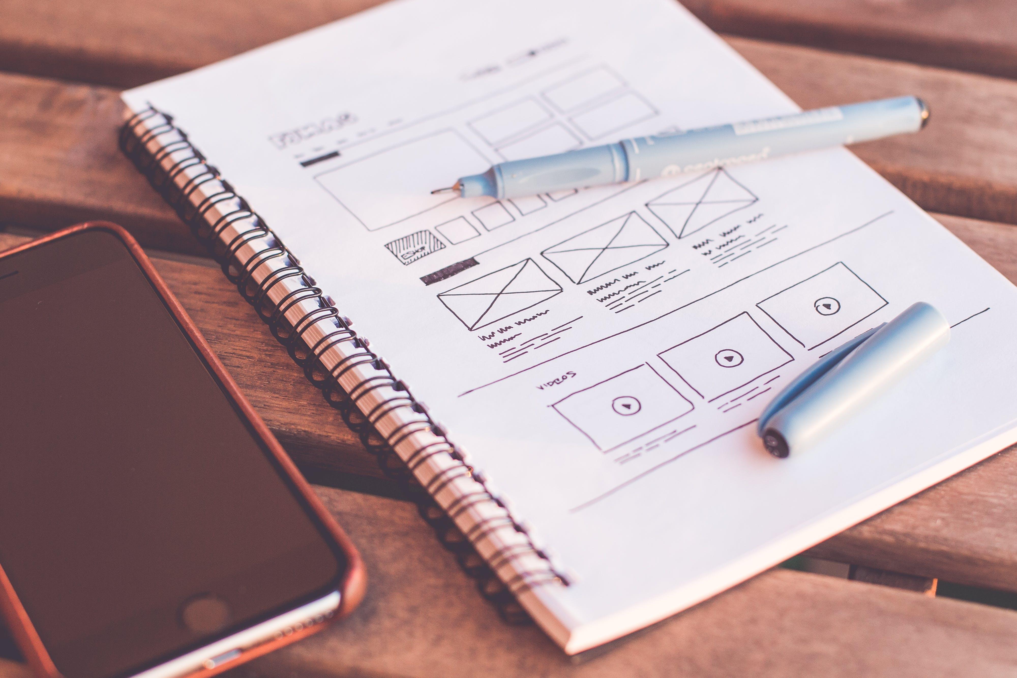 Kostenloses Stock Foto zu iphone, schreibtisch, notizbuch, stift