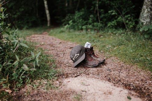 Darmowe zdjęcie z galerii z buty, buty turystyczne, czapka z daszkiem, obuwie