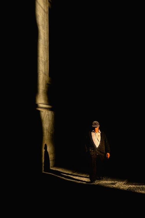 Senior Homme Sans Visage Marchant Le Long Du Cimetière Sombre