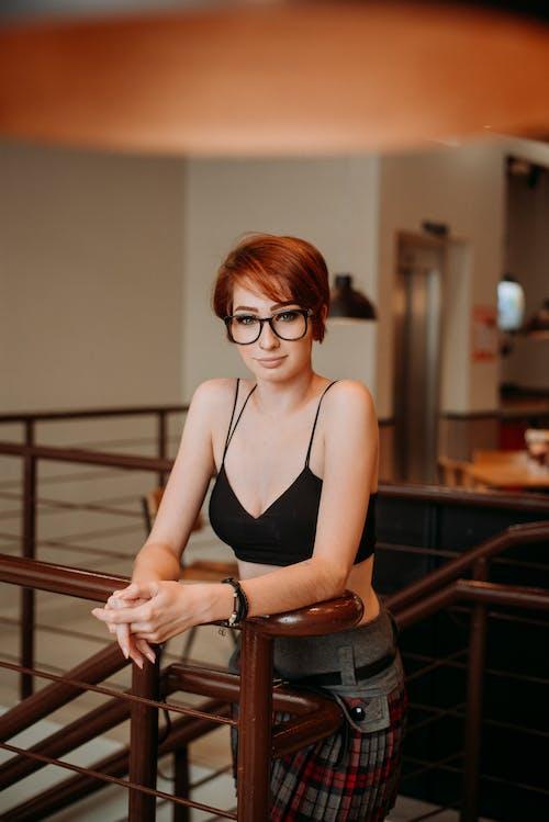 Gratis lagerfoto af afslappet, briller, kvinde, mode