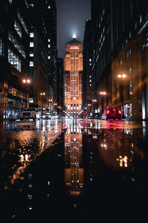 akşam, aydınlatılmış, binalar, gökdelen içeren Ücretsiz stok fotoğraf