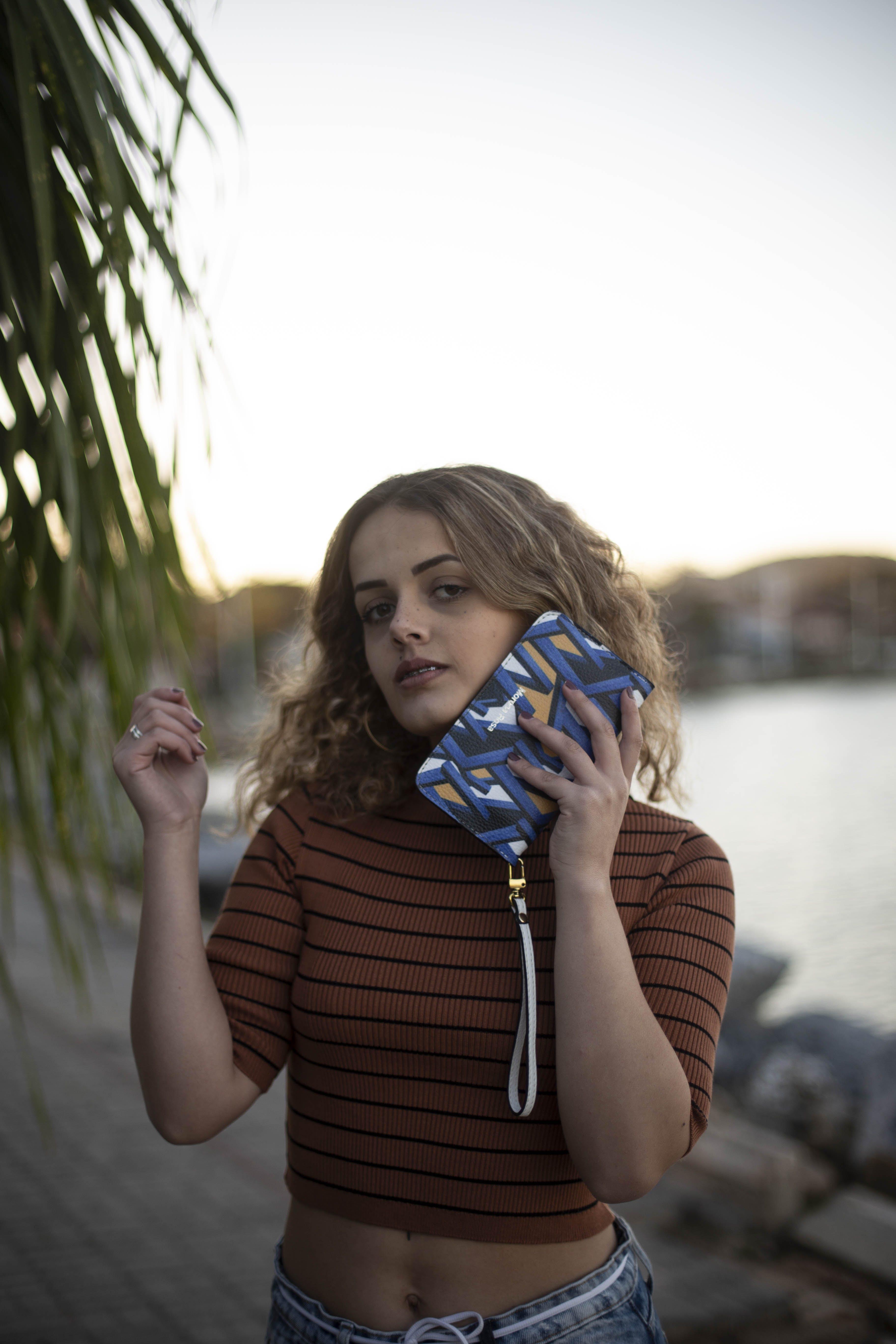中空裝, 休閒裝, 包包, 咖啡色頭髮的女人 的 免费素材照片