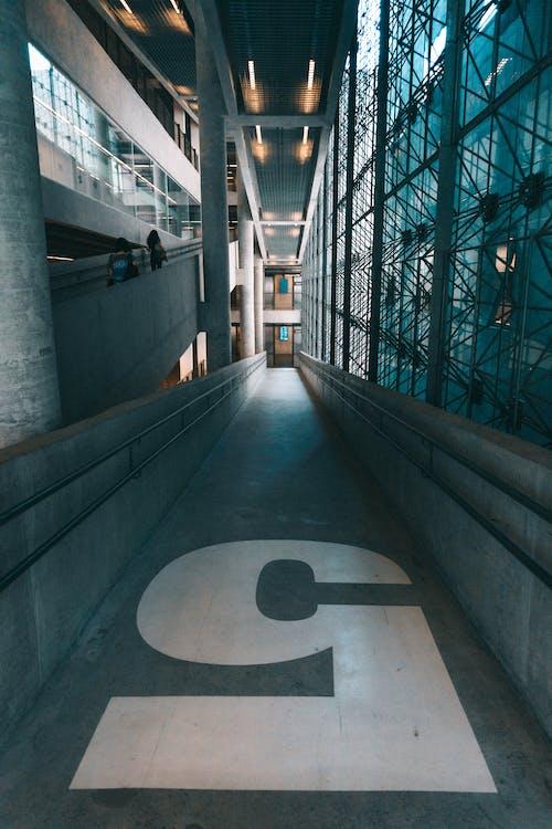Základová fotografie zdarma na téma architektonický návrh, architektura, budova, chodba