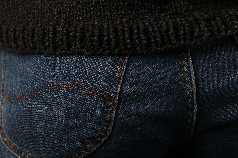 Kostenloses Stock Foto zu blaue jeans, gestrickter pullover, jeans