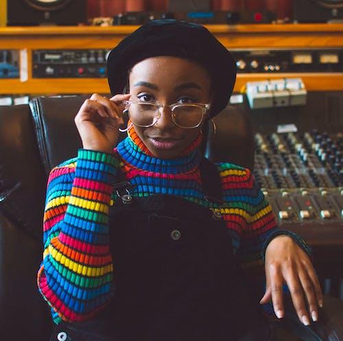afrikalı-amerikalı kadın, aşındırmak, gözlük, güze içeren Ücretsiz stok fotoğraf