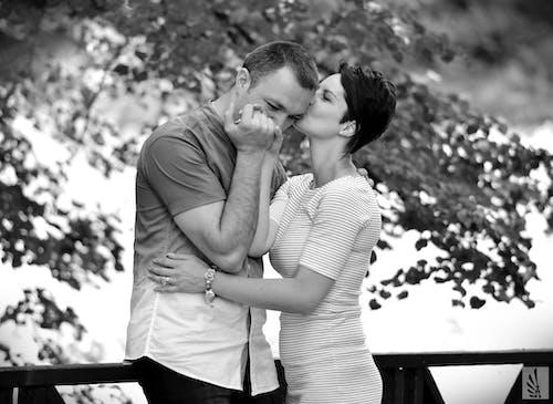 Foto d'estoc gratuïta de abraçant, amor, blanc i negre, estiu