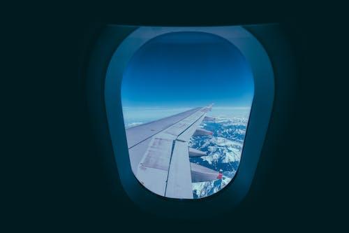Foto profissional grátis de aeronáutica, aeronave, asa de aeronave, assento da janela
