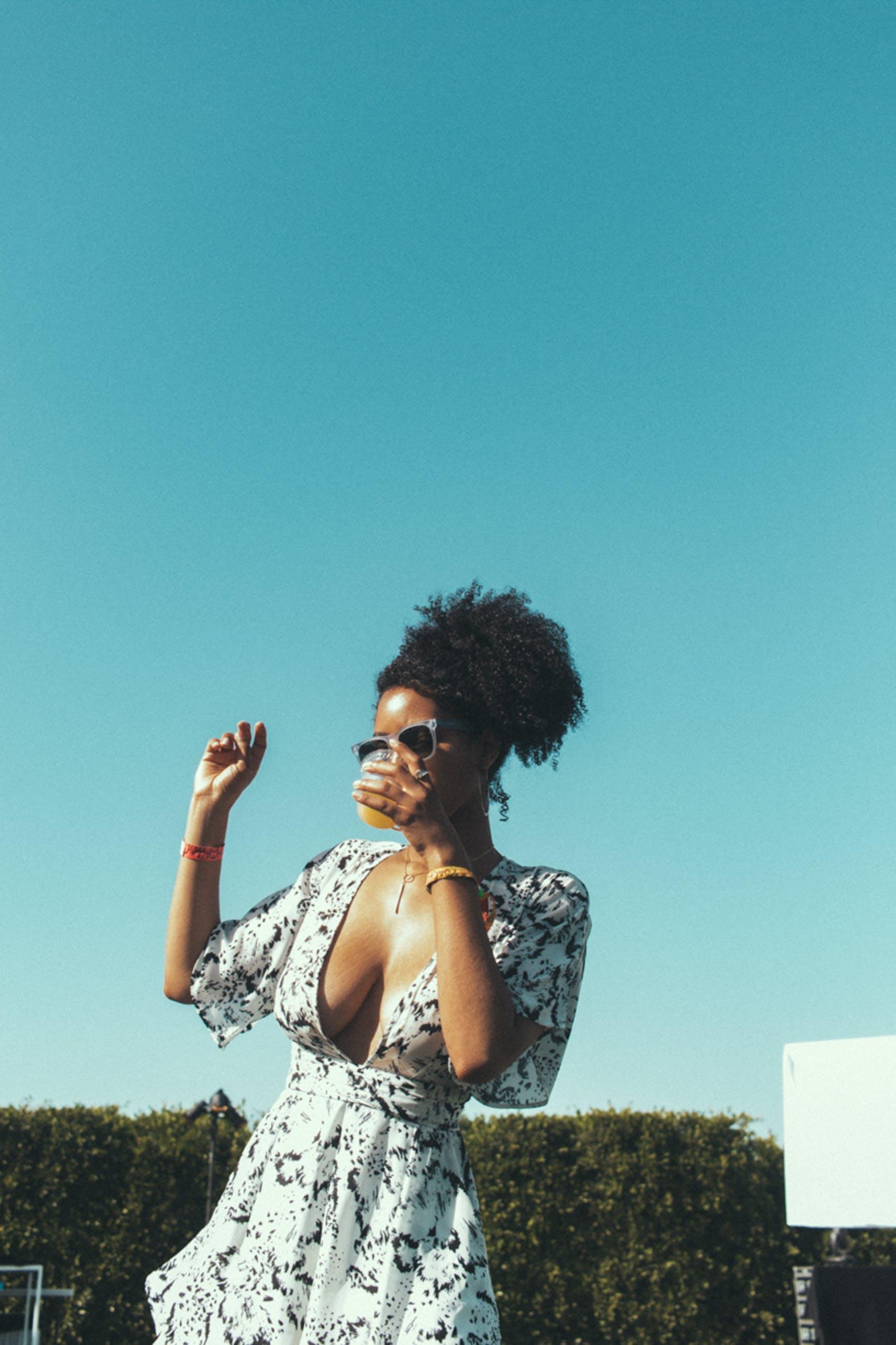 Kostenloses Stock Foto zu afro, alkoholisches getränk, blau, blauer himmel