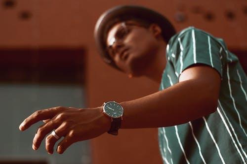 Безкоштовне стокове фото на тему «вираз обличчя, годинник, дорослий, капелюх»