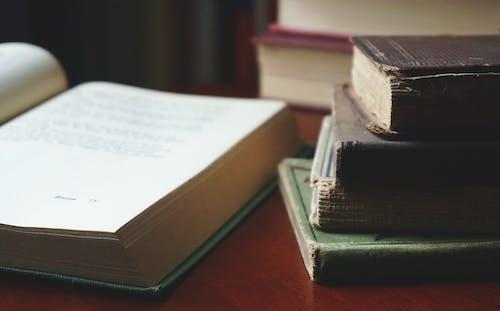 Darmowe zdjęcie z galerii z książki, sterta, strona
