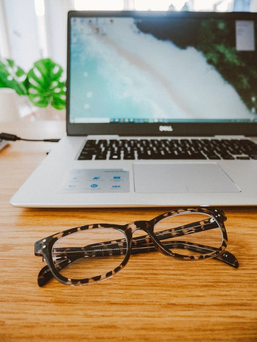 Ingyenes stockfotó asztal, hordozható számítógép, képernyő, szemüveg témában