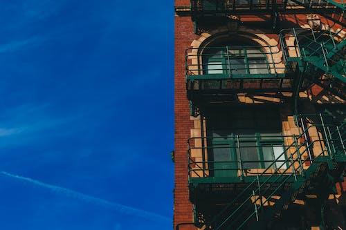 Gratis stockfoto met appartement, bakstenen, brandtrap, gebouw
