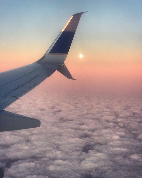 Бесплатное стоковое фото с Аэрофотосъемка, вертикальный, восход, крыло самолета