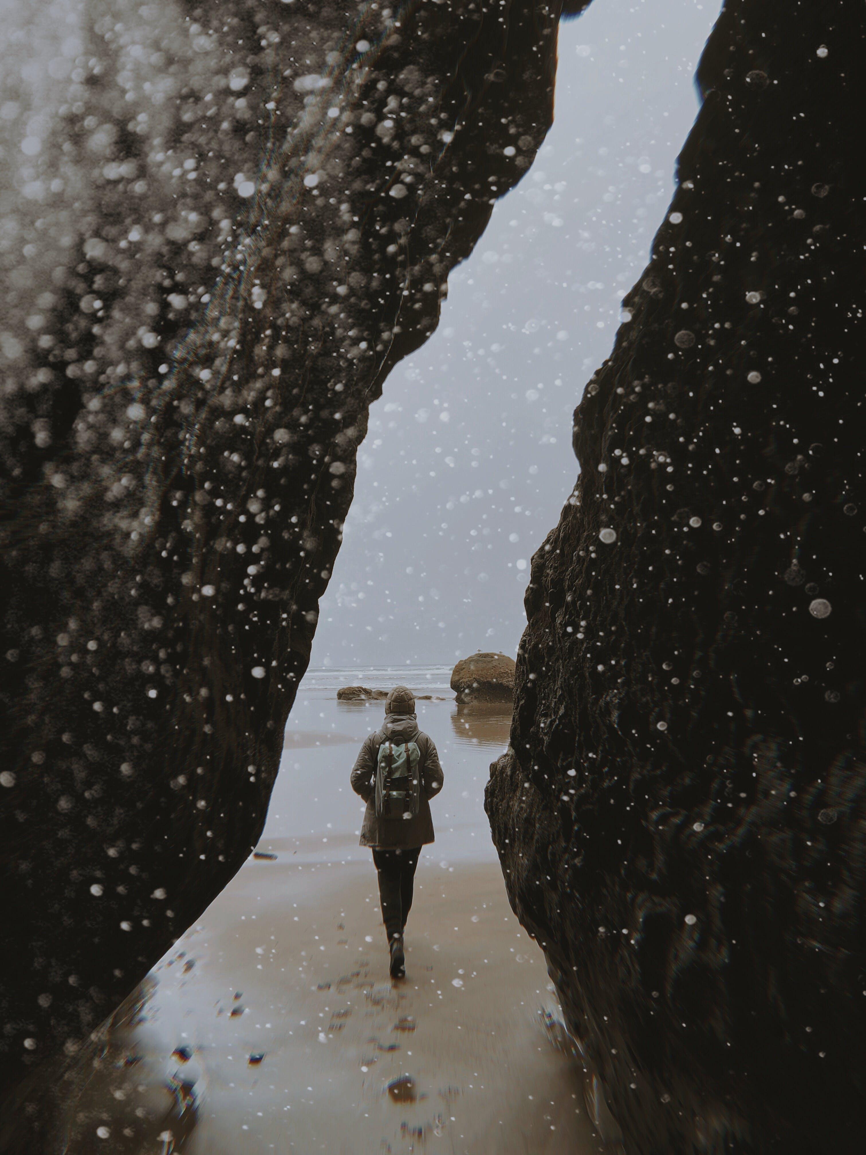 Foto profissional grátis de garota, oceano, pedras