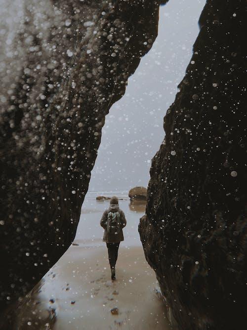 Gratis stockfoto met meisje, oceaan, rotsen