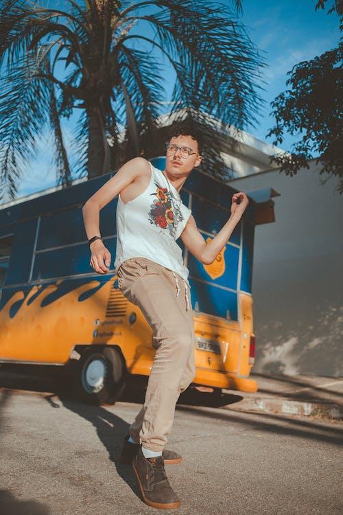 adam, araç, asfalt yok, ayakta içeren Ücretsiz stok fotoğraf