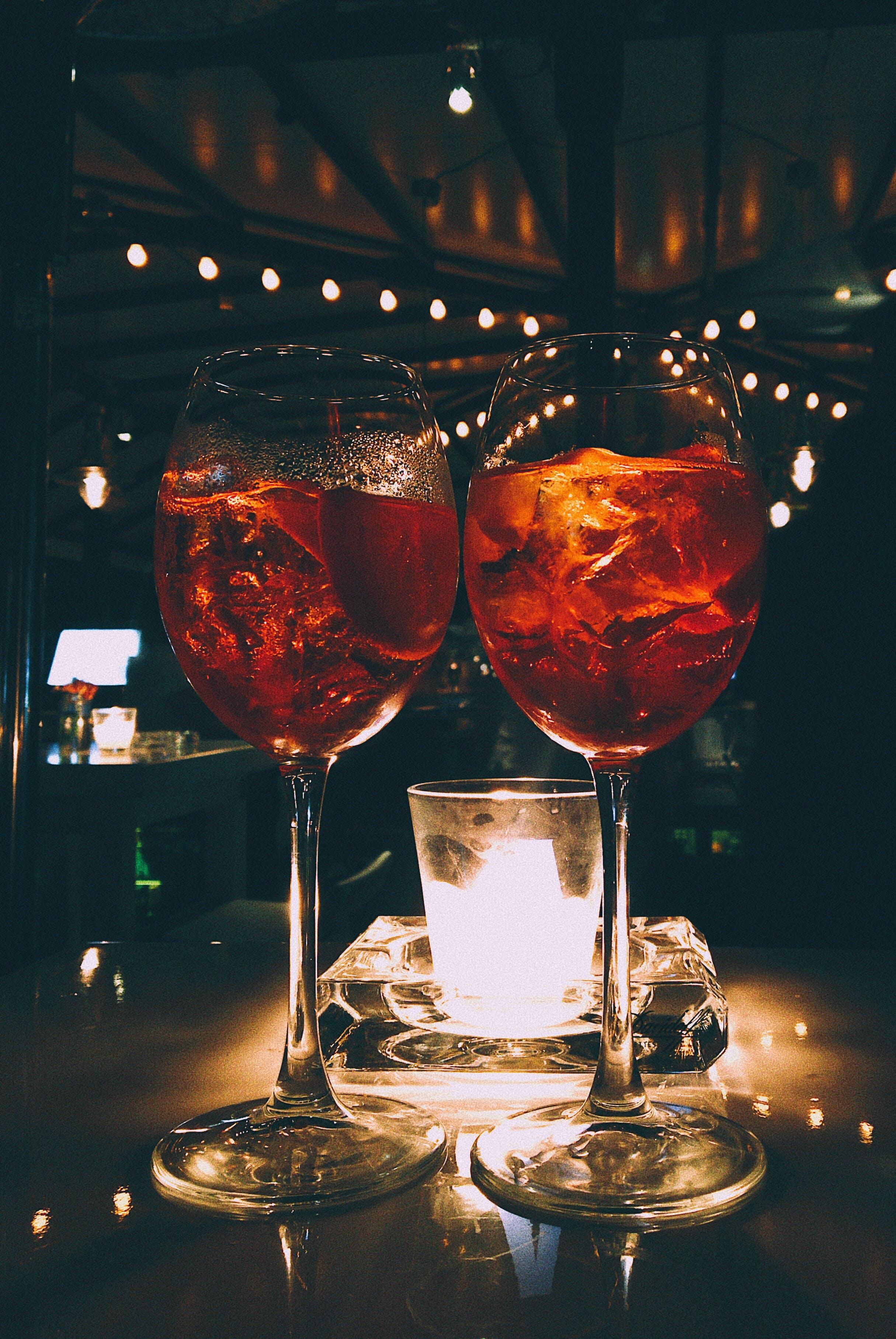 Základová fotografie zdarma na téma aperol, koktejl, sklenice na víno, vinné skleničky