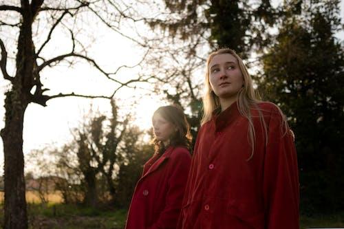 Twee Vrouwen Die Rode Jassen Dragen