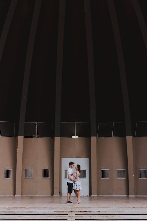 Gratis lagerfoto af arkitektur, bygning, folk, kvinde