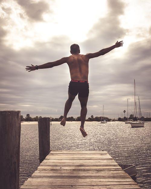 Бесплатное стоковое фото с джемпер, лето, мужчины, прыжок