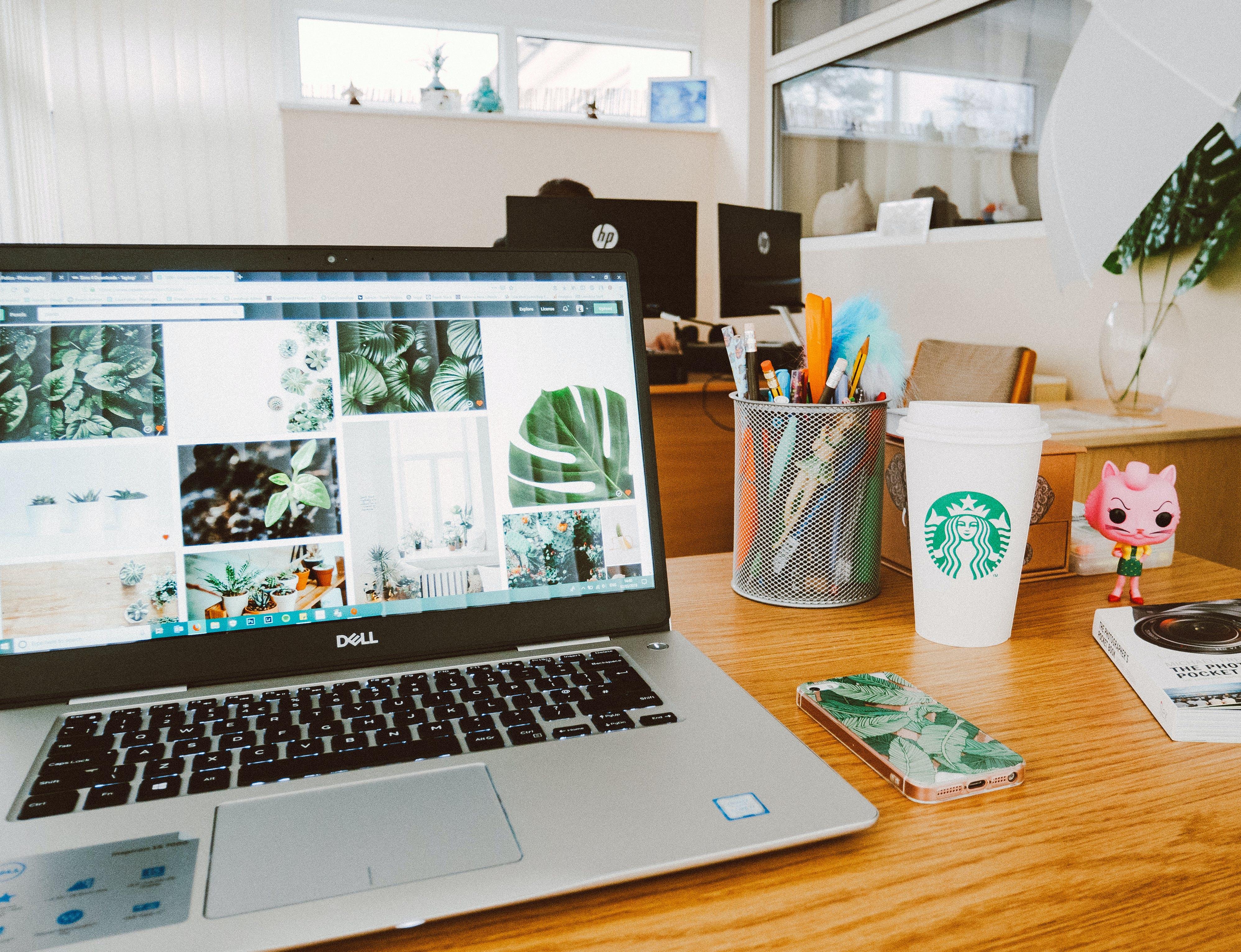 Foto stok gratis laptop, layar, meja tulis, starbucks
