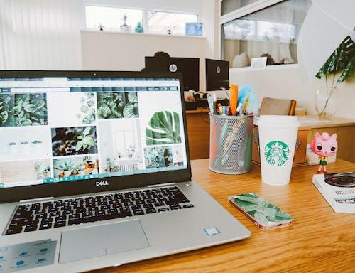 dizüstü bilgisayar, ekran, masa, starbucks içeren Ücretsiz stok fotoğraf