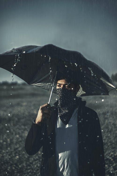 Darmowe zdjęcie z galerii z czarny, deszcz, krople deszczu, nastrojowy