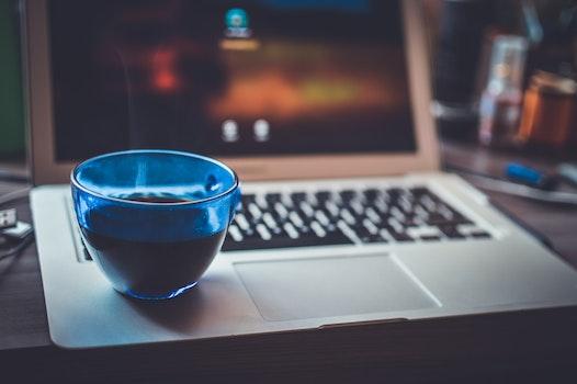 Kostenloses Stock Foto zu laptop, getränk, glas, macbook