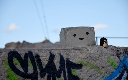 Darmowe zdjęcie z galerii z beton, buźka, etykietka, graffiti