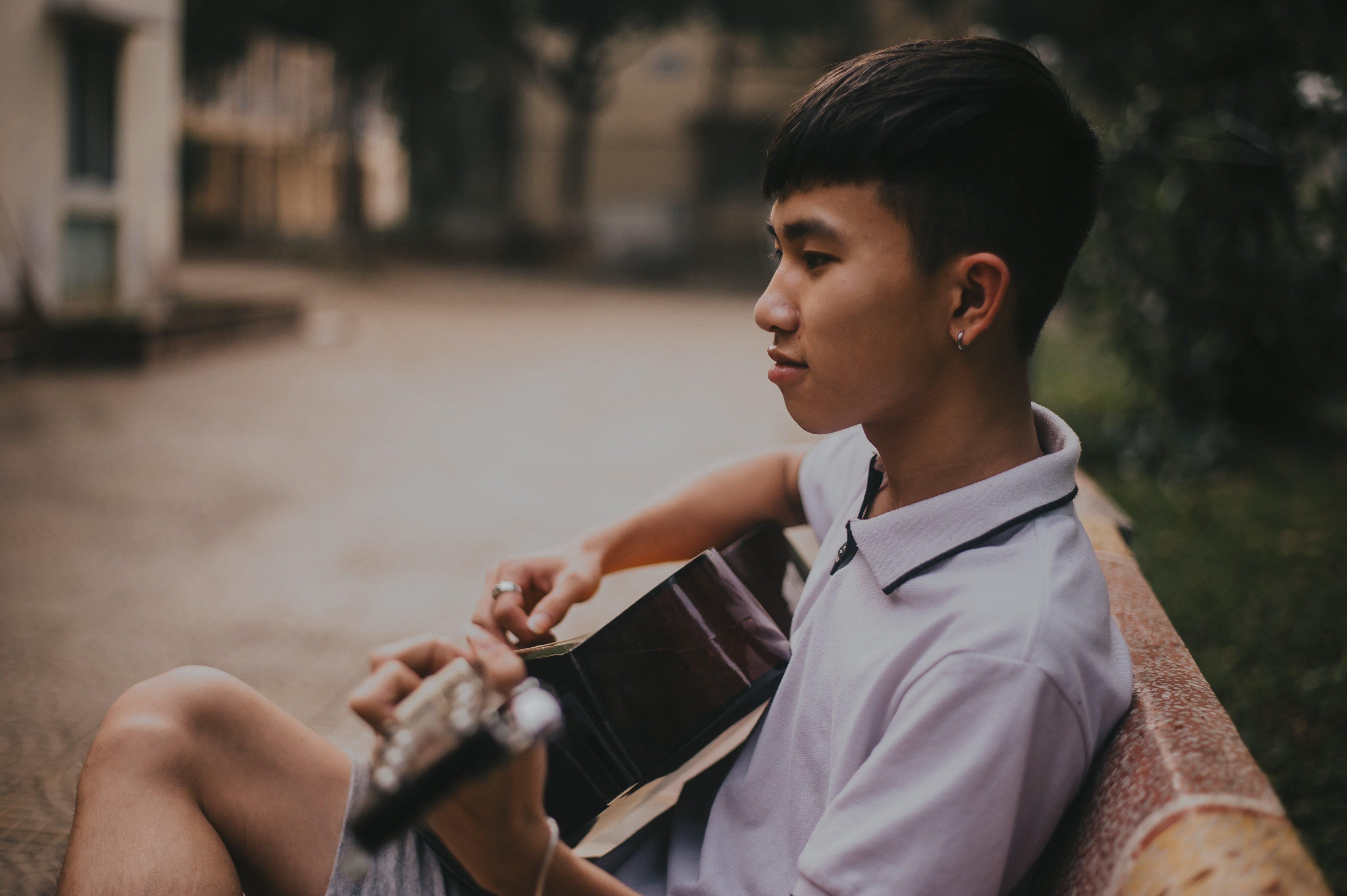 Kostenloses Stock Foto zu asiatische person, asiatischer junge, bank, fokus