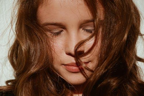 Бесплатное стоковое фото с брови, брюнетка, волос, глаза закрыты